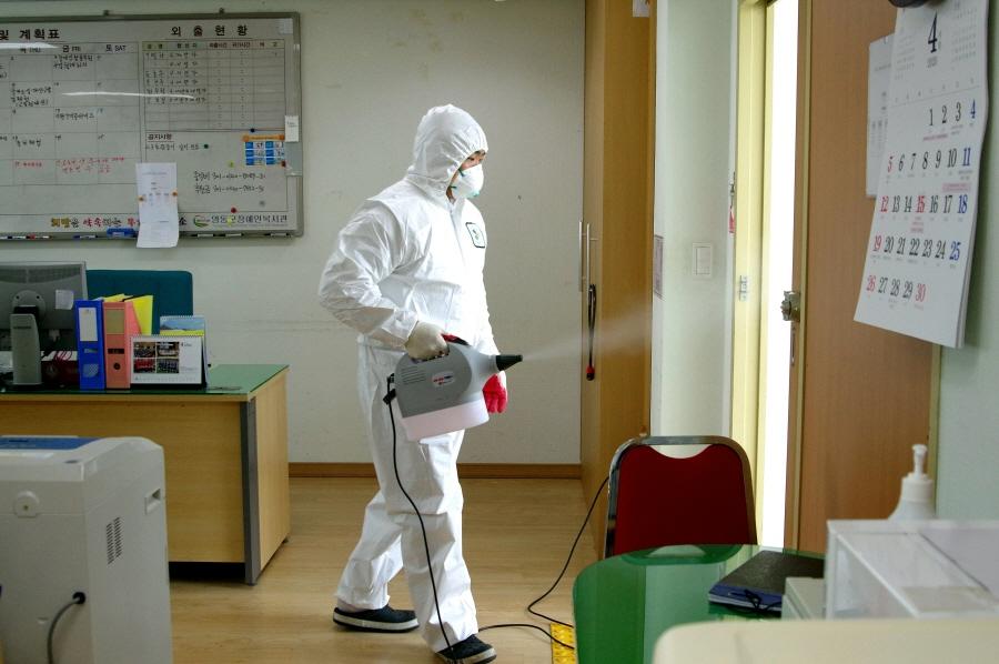 영동군 장애인복지관 2층 기획팀 사무실 방역장면
