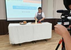 베이커리 강사 선생님의 온라인 강의 좔영 모습을 촬영한 사진입니다, 더 설명을 드리면 강사 선생님이 테이블 위에서 빵만드는 모습을 동영상으로 촬영하는 장면입니다
