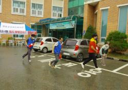 불이난 발화지점으로 3명의 직원이 소화기를 들고 뛰어가는 모습입니다.