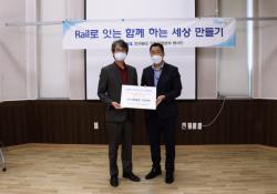 박병규 관장님과 전승찬 실장님의 나란히 서서 물품 전달식을 한 기념사진입니다.